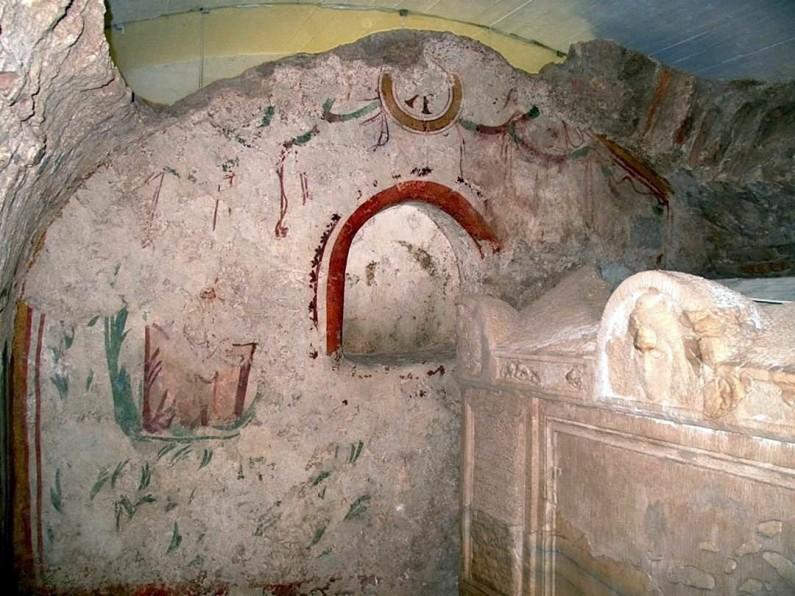 Az ókeresztény mauzóleum sírkamrájának keleti fala